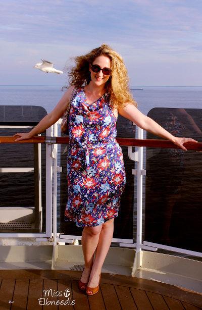 Kleid von Miss Elbneedle, präsentiert auf einem Kreuzfahrtschiff.